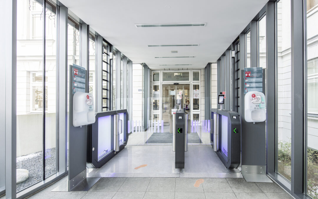 Automatisiertes Körpertemperatur-Screening direkt an Zutrittsschleuse.